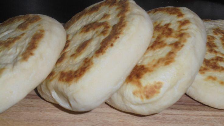 Questo pane è davvero una scoperta, velocissimo, versatile ma sopratutto non ha bisogno di lievitazione!!! Io li ho preparati in 15 minuti e sono piaciuti