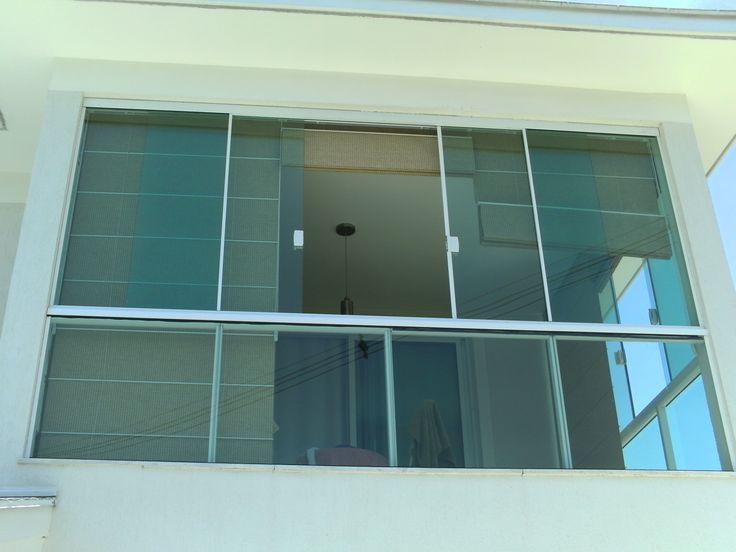 Guarda corpos com janelas de vidro.