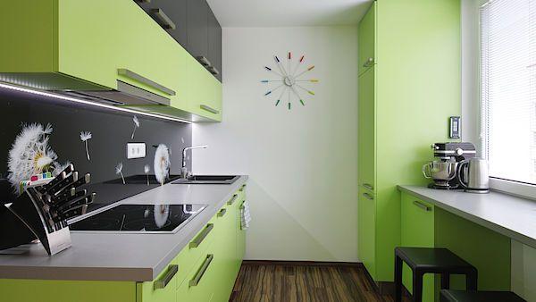 Barevnost v celém bytě je sjednocená a převažují hlavně hnědé tóny v kombinaci s bílou, limetkově zelenou a akcenty černé.
