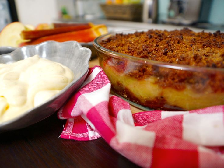 Skånsk äppelkaka med rabarber och råkräm | Recept.nu