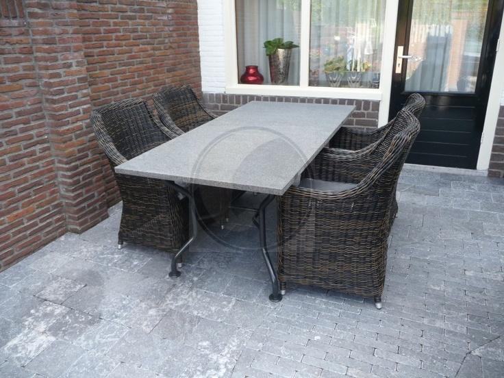 Stalen tafel Universal met basalt tafelblad en vier zeer degelijke vlechtwerkstoelen