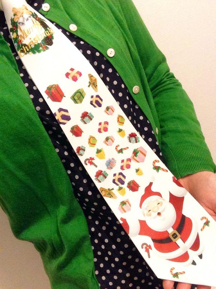 大人気のクリスマスネクタイ♪ 赤や緑などクリスマスカラーのセーターに合わせるととってもかわいくてオシャレ(つ∀`*)っ シャツやカーディガンなどの合わせ方で女性でも可愛く着けられます♪