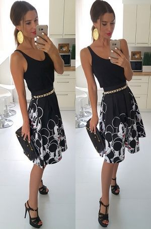 Krásna midi sukňa z kolekcie Disney čiernej farby s potlačou Mickey hlavičkami. Možnosť rozopnutia na zips v zadnej časti. Vhodná k jednoduchému topu, tričku či blúzke.