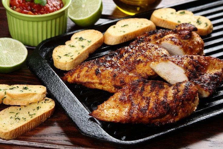 Sprawdzony przepis na Piersi z kurczaka po meksykańsku z pomidorową salsą. Wybierz sprawdzony przepis eksperta z wyselekcjonowanej bazy portalu przepisy.pl i ciesz się smakiem doskonałych potraw.
