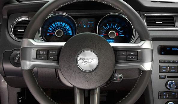 Mustang te consiente en todas sus versiones con sus prácticos controles de audio en su volante de piel, han sido rediseñados para no perder de vista el camino y para que la música fluya, resultan ser bastante convenientes y útiles en cualquier momento. #Ford #Mustang2013