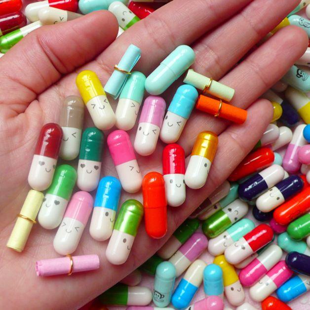 Cápsula / píldora Kawaii, carta en blanco dentro de cada cápsula para que escribsa tu mensaje secreto.  Tamaño: 2.1cm (L) x 0.7cm (diámetro) Cantidad: 15pcs por paquete Color: Por azar, siempre...