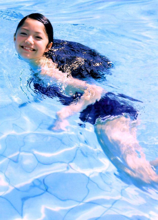 プールで泳ぐ宮崎あおい