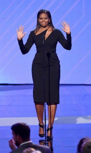Para quem sentiu falta, eis aqui Michelle Obama de volta aos holofotes. A ex-primeira-dama fez sua primeira grande aparição desde que saiu da Casa Branca, em janeiro, na noite da última quarta-feira no ESPYS Awards, prêmio para os maiores atletas dos Estados Unidos KEVIN WINTER / AFP