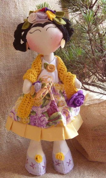 Boneca de tecido Frida Kahlo, tem 35 cm de altura confeccionada com tecido 100%…
