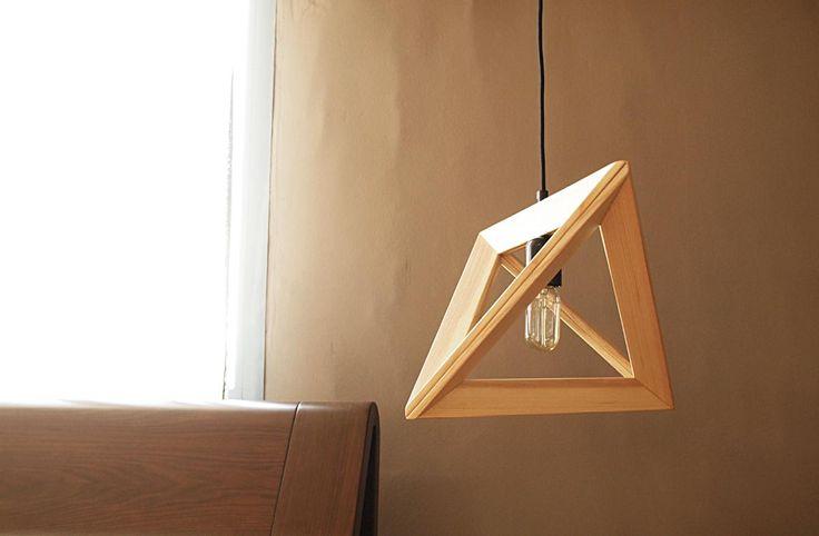 Φωτιστικό οροφής κατασκευασμένο από φυσικό ξύλο δρυ.Διατίθεται σε δύο μεγέθη, και σεχρωματισμό της επιλογής σας.