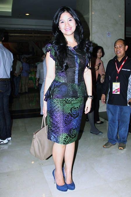 Model Baju Batik Artis Indonesia