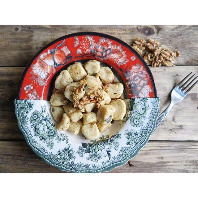 Gnocchi di ricotta e parmigiano con erbe e noci
