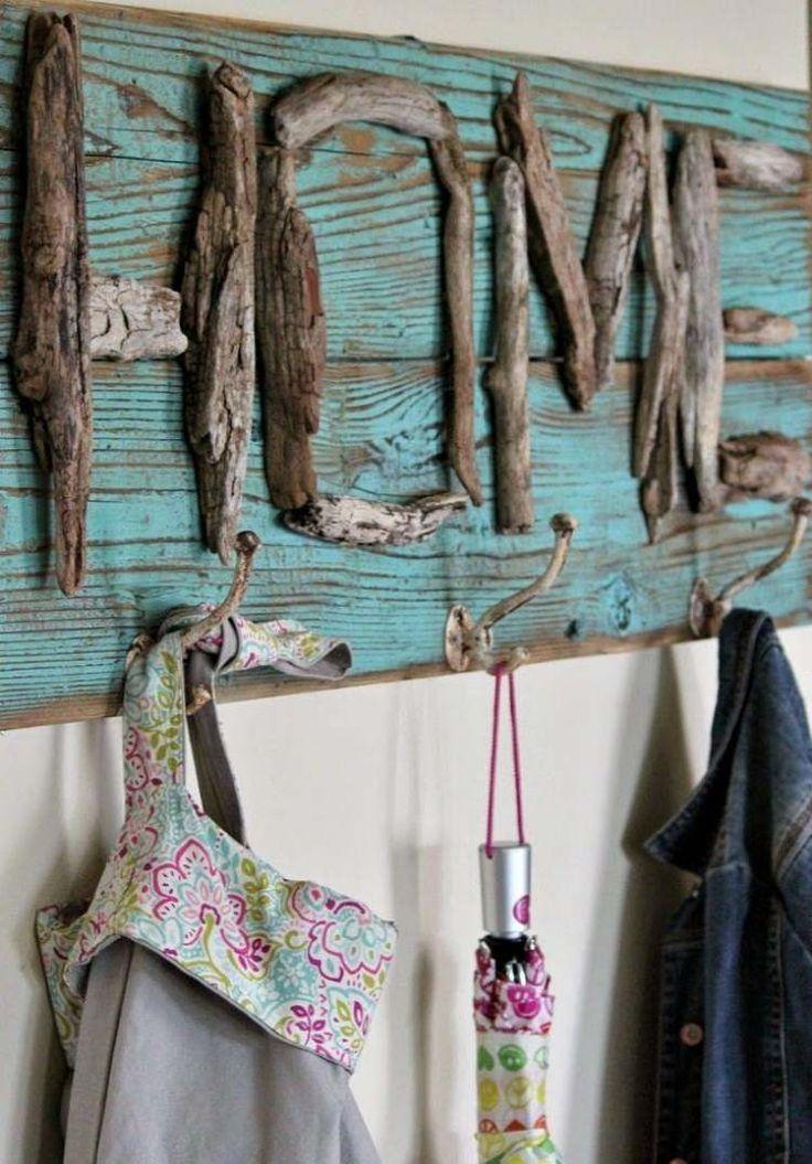 schöne Wandgarderobe aus alte Holzbretter und Treibholz