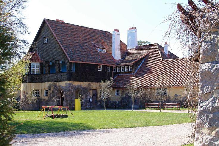 Kansallisromantiikka.  Hvitträsk on arkkitehtikolmikon Eliel Saarinen, Herman Gesellius ja Armas Lindgrenin itselleen Kirkkonummelle suunnittelema asuinrakennus ja erämaa-ateljee, joka toimii nykyisin museona. Se on rakennettu harmaasta luonnonkivestä ja tummasta hirrestä kansallisromanttiseen tyyliin.