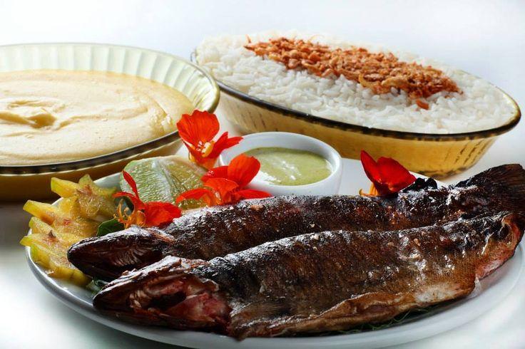 Truta defumada do Rancho, acompanhada de arroz com alho e purê de mandioca...