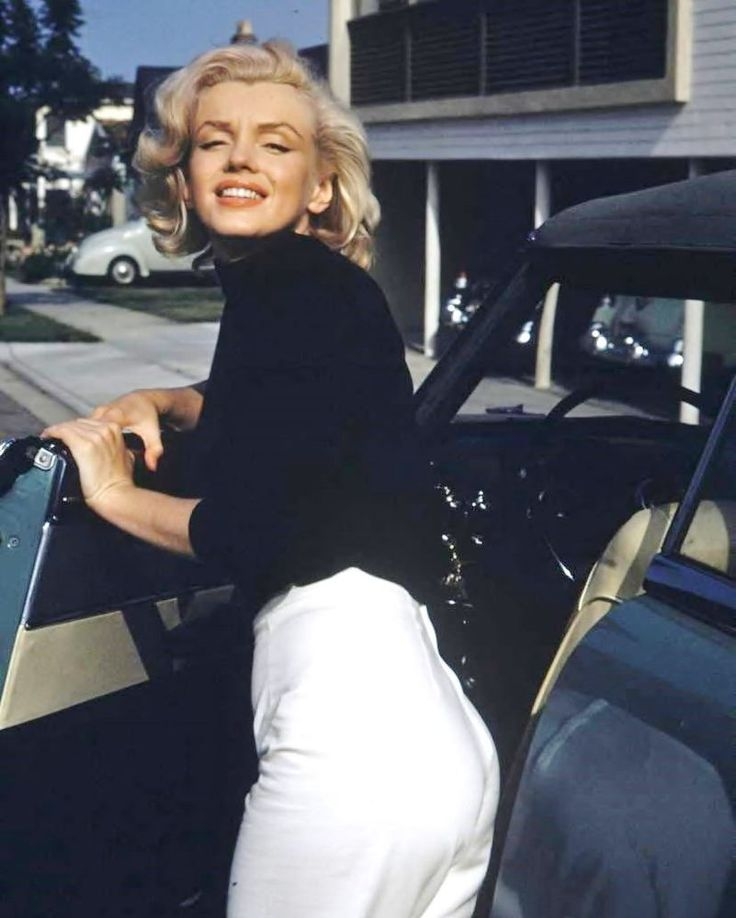 MARILYN MONROE Getting out of her Car Candid Rare 8x10 Photo (0501-7)