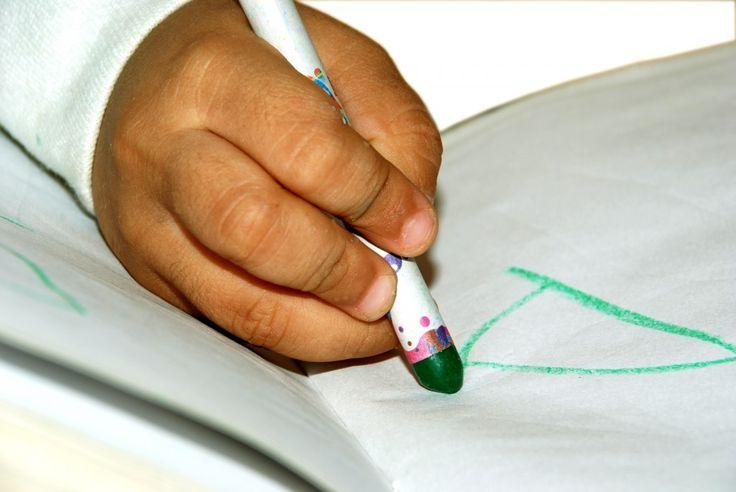 kleuter schrijft letter