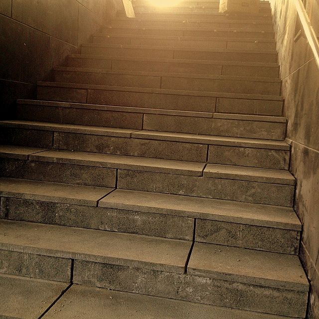 Valoa kohti kohoavat nämä graniittilaatoilla verhoillut portaat. Aalman Oy - kivityöt, p. 0400 159 434.