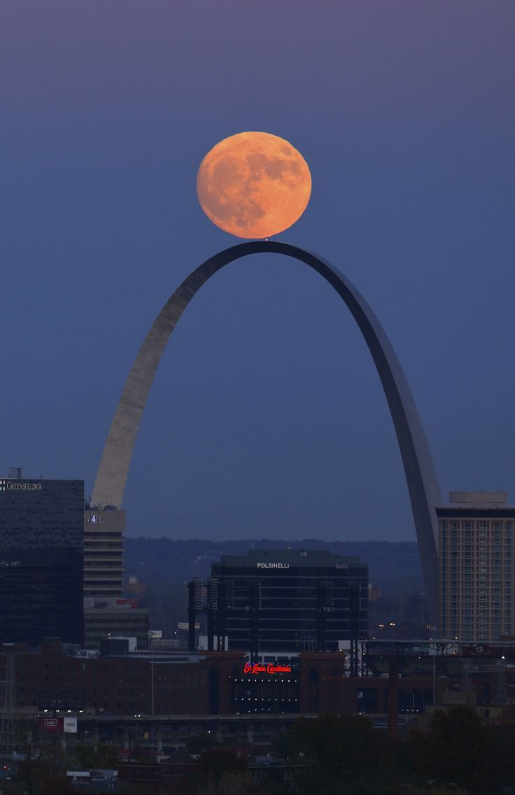 The Super Moon rises above the Gateway Arch in St. Louis, Missouri, United States, Sunday, Nov. 13, 2016.   © David Carson / AP / SIPA