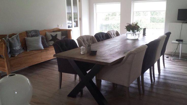 Dit wil toch iedereen? Prachtige landelijke tafel met een stoere sfeer. De stoelen maken de inrichting helemaal af!