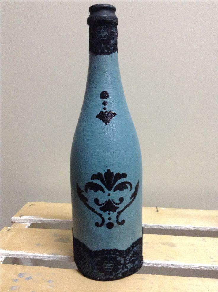 Bottiglia vino, Vintage Paint Old Turquoise con tocco di cera nera, stencil e pizzo nero