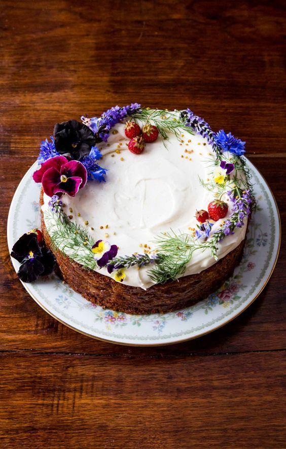 naked cake con fiori dai colori freddi perfetta per i matrimoni nei mesi di ottobre e novembre