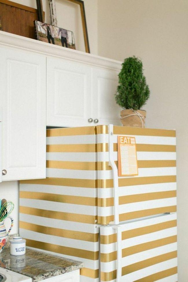 Uma geladeira branca fica glamourosa e ganha um ar retrô com um pouco de fita adesiva decorativa. (17ideias simples ebaratas para que sua casa fique maravilhosa)