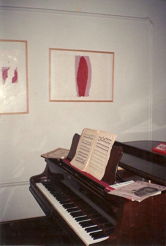 Sala do piano. É um Essenfelder 1/4 de cauda, dos anos 60. Na parede, duas gravuras do meu mestre José Lima.