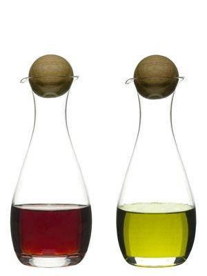 Olje/Eddik flaske med eikekork 2 -pk. Munnblåst glass. Størrelse: 30 cl.Emballasje: Giftbox Trykk: Ønsker du din logo på dette produktet? Be oss om pris på post@blatt.no