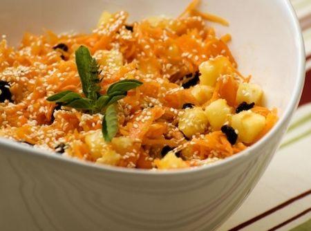 Salada de Cenoura, Abacaxi, Passas e Gergelim - Veja mais em: http://www.cybercook.com.br/receita-de-salada-de-cenoura-abacaxi-passas-e-gergelim.html?codigo=15566