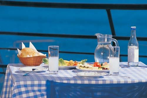 VISIT GREECE| Drinking ouzo