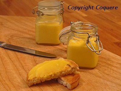 Lemon curd, eller sitronsmør, smaker både friskt og søtt. Sitronsmør passer utmerket som fyll i kaker, kjeks og makroner. Det er også et fint alternativ til syltetøy og marmelade på brød eller loff. Både enkelt og raskt å lage.