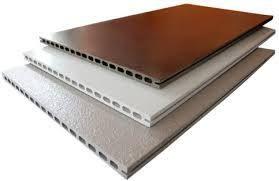 Керамические фасадные панели FRONTEK – это изделия различных размеров, а так же цветовой гаммы. Данный материал изготавливается исключительно из белой глины, именно на этом и сделала свой акцент фабрика GRECO GRES .Благодаря методу экструдирования и обжига при температуре 1300 градусов, материал имеет очень высокую плотность, в отличие от красной глины, которая таких температур по природному своему происхождению не может выдержать, потому как имеет иной минеральный состав.