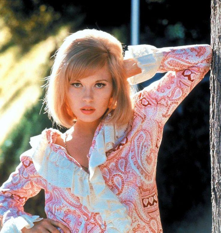 """Faye DUNAWAY, née le 14 janvier 1941 à Bascom en Floride, est une actrice, productrice et scénariste américaine. Elle commence sa carrière de comédienne au milieu des années 1960. L'immense succès du film """"Bonnie et Clyde"""" en 1967 fait d'elle une star. Sex-symbol dans les années 1960 et 1970, elle joue les femmes froides et sensuelles, à poigne et névrosées, guettées par la déchéance dans des films comme """"L'Affaire Thomas Crown"""", """"Chinatown"""" ainsi que """"Network"""" pour lequel elle reçoit un…"""