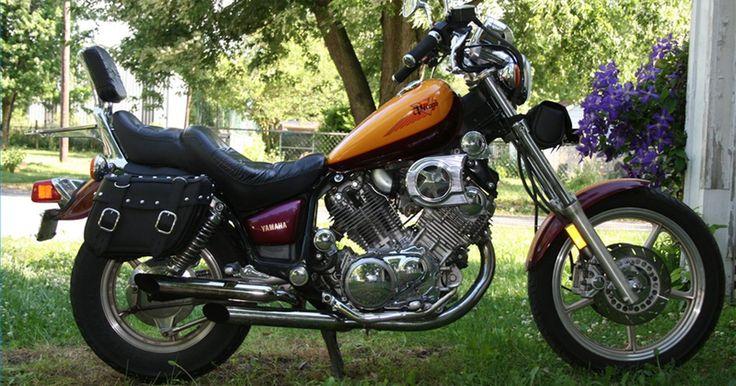 Como colocar alforjes em uma Yamaha Virago. Mesmo motos cruiser como a Virago, da Yamaha, beneficiam-se das vantagens de ter alforjes instalados. O motociclista ganha espaço para carregar casacos e material de chuva, bem como vários outros itens importantes para o planejamento de um passeio.