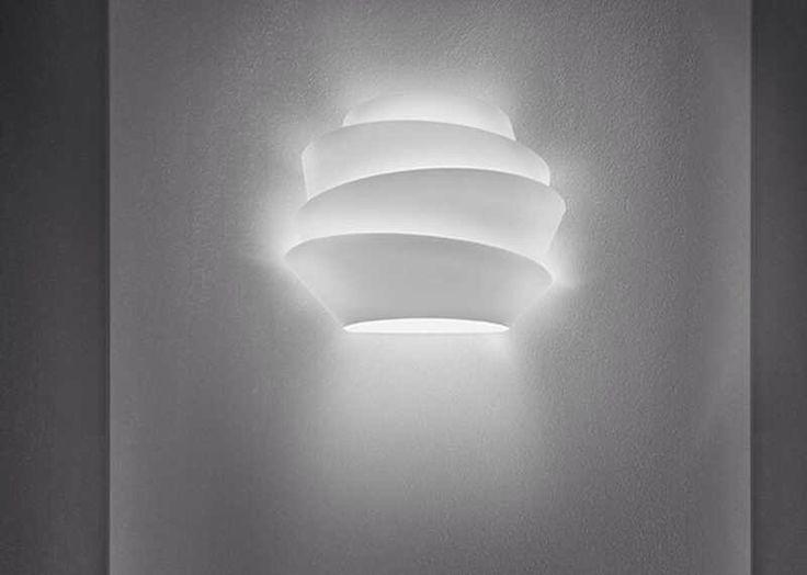 Helt ny vegglampe fra Foscarini. Esken er åpnet, men lampen ble aldri montert på vegg. . Mål: B37 H29 D14