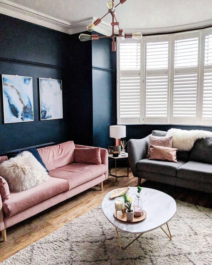Dunkelblaue Wandfarbe Im Wohnzimmer Mit Rosa Samtcouch