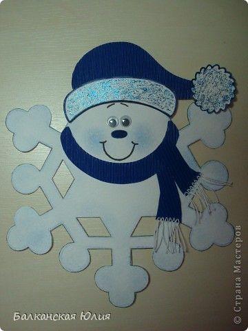 Вот такие смешные снежинки у меня получились в школу для ребёнка на украшение класса. Идею подсмотрела здесь http://stranamasterov.ru/node/118906?c=favorite Сзади ко всем снежинкам приделана верёвочка. А можно из них сделать и гирлянду, кому как нравится. фото 8