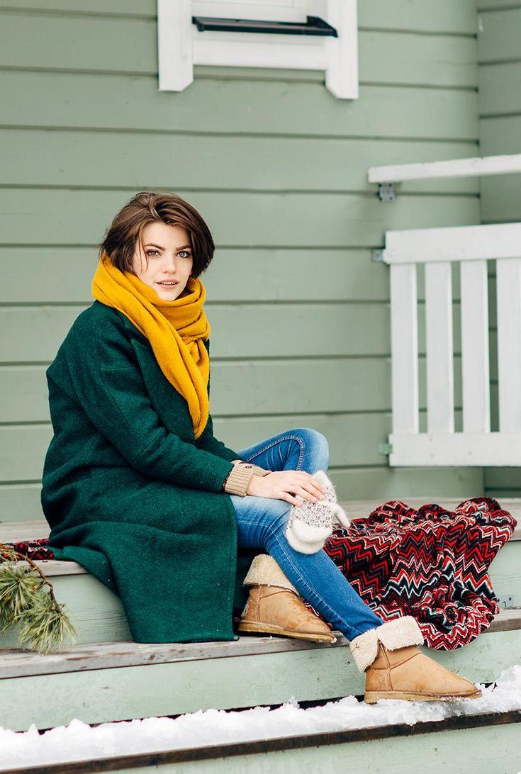 Conjunto abrigo verde, pantalones tejanos azules, botines marrones y bufanda amarilla #modafemenina #modainvierno #abrigoverde #fashion #style