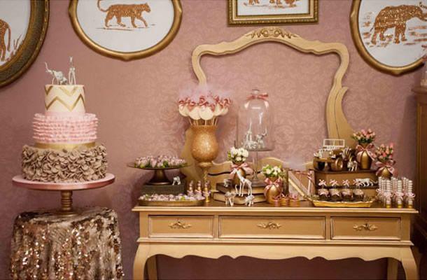 penteadeira decorada para festa rosa e dourada.