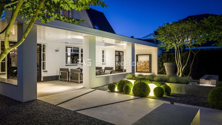 Voor de renovatie van deze riante tuin in Middelburg waren de eisen heel divers: een strakke belijning met een moderne invulling, een maatwerkoverkapping voor een loungeruimte aan de woning, speelruimte voor de kinderen, plaats om gasten te ontvangen, onderhoudsvriendelijke beplanting, …
