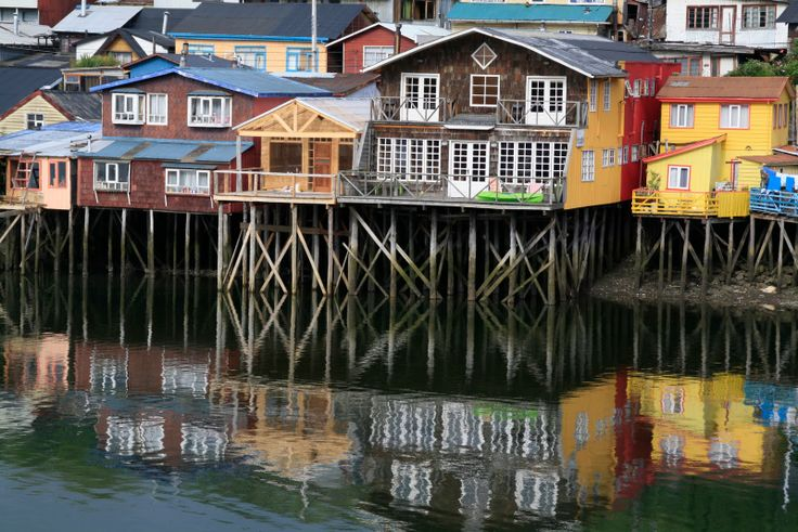 CHILOÉ, CHILE (Sur de Chile) / La Isla Grande de Chiloé, cuenta con una arquitectura muy particular: usa tejuelas, balcones, miradores y palafitos; y sus iglesias antiguas son Patrimonio de la Humanidad. Poseen varios platos gastronómicos característicos. Cuentan además con variadas artesanías.