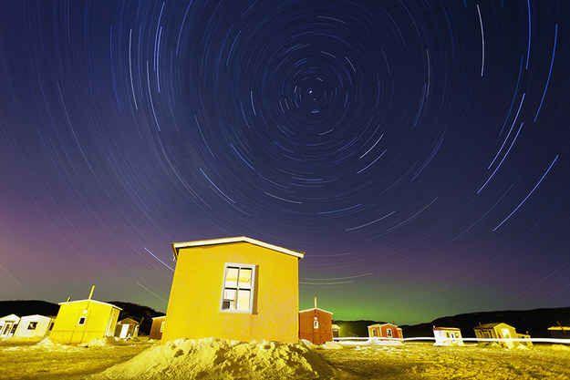 Colorées à souhait, les cabanes de pêche sur glace le long du Fjord du Saguenay, à la nuit tombée :