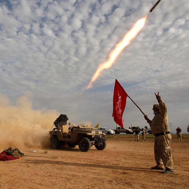 Combattenti sciiti lanciano razzi contro i jihadisti del gruppo Stato islamico, nella periferia di Al Alan, in Iraq