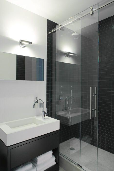 O espelho podia ser maior, mas mesmo assim esse banheiro ficou muito bom! Destaque para a harmonia do ambiente por causa das cores preto e branco.