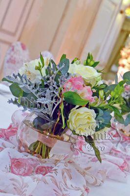 Букетики в свадебном оформлении столов гостей