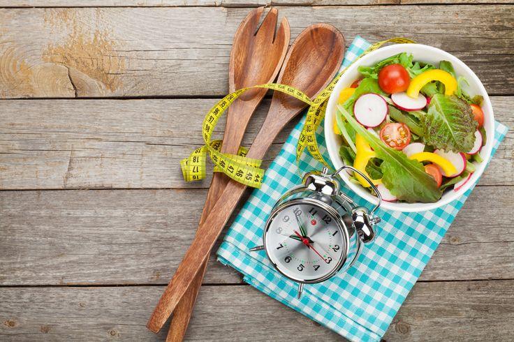 4 проверенных способа контролировать голод Протеин – убийца голода Белок утоляет голод лучше, чем углеводы или жиры, поэтому правильнее всего включить его в каждый прием пищи и в перекусы. Вода и клетчатка насыщают Продукты с большим содержанием воды и клетчатки довольно объемные, занимают много места в желудке и позволяют почувствовать насыщение. Большинство овощей (кроме содержащих крахмал: картофеля, кукурузы и гороха) имеют очень низкую калорийность и содержат много воды с клетчаткой…
