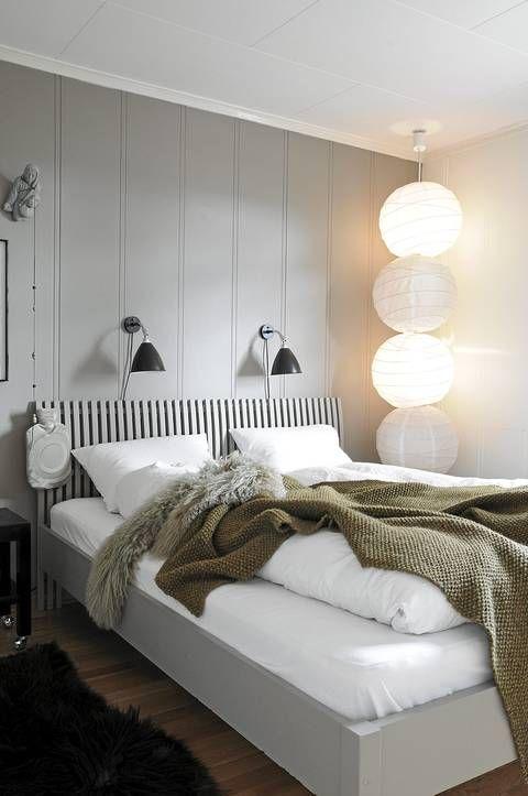 LYSPUNKT. Den gamle Ikea-sengen fikk noen strøk med maling, og passer nå perfekt inn i på det duse soverommet. Lampen i hjørnet er laget av fire rislamper fra samme produsent. Ingrid fant en annen seriekoblet lampe som hun tok av skjermene på, og monterte i stedet på rislampe-skjermene.
