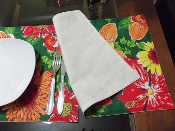 FRETE GRÁTIS. Ótima opção para presente!  Jogo Americano em tecido chitão, 4 talheres, forrado em algodão cru. Cor, estilo e alegria para a sua mesa.