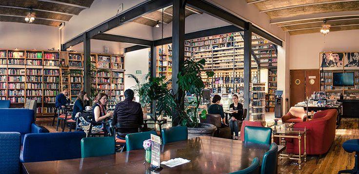 Con el abrazo de una decoración rústica moderna, repleto de colores, historias y conocimiento, este lugar recibe a aquellos aficionados de la lectura en un